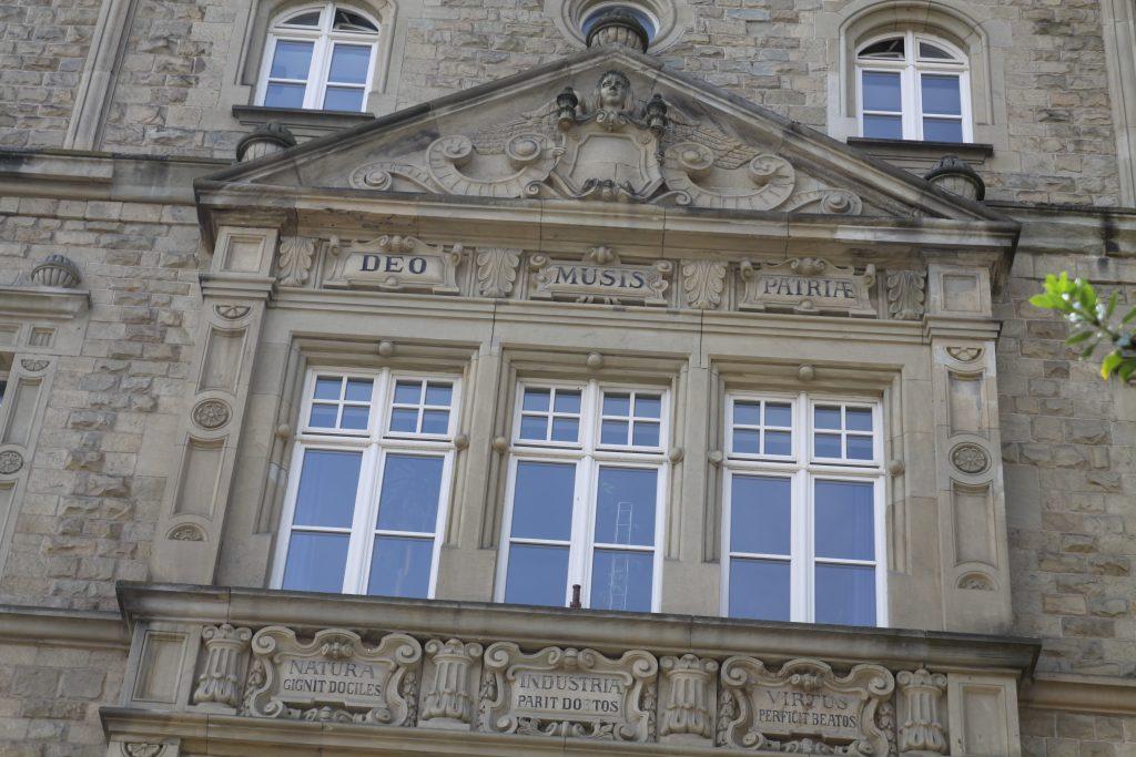 Altsprachliches Gymnasium am Kaiserdom zu Speyer, Blick auf das Gymnasium und die Inschrift Deo Musis Patriae